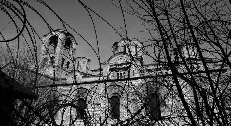 Crkva Bogorodice Ljeviske obavijena bodljikavom zicom
